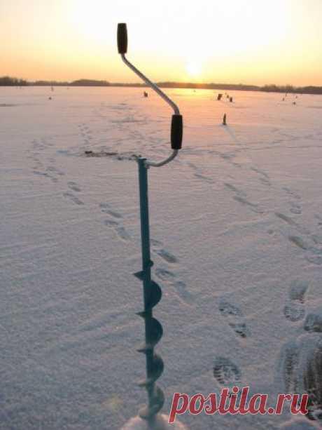 Привязанный Лед становился долго в этот год. Вначале по берегам образовывались хрусткие кружевные закраины. По ним было видно направление токов речной воды. В местах неспокойных, с обратным течением, лед был белесый и словно закручивающийся в какую-то спираль-воронку...