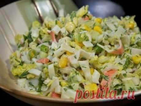 Салат с крабовыми палочками, пекинской капустой, кукурузой и огурцом