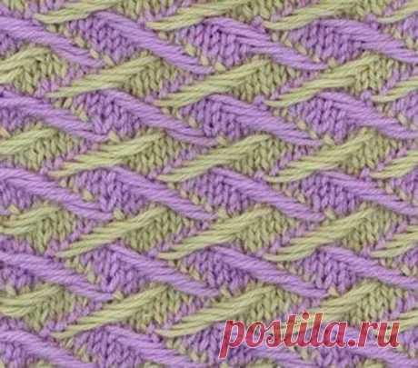 Два красивых двухцветных узора спица | Краше Всех Этот узор очень плотный и формоустойчивый. Требует усидчивости и тщательности – важно не затянуть вытянутые петли. Но усилия того стоят – этот необычный узор прекрасно подойдет для вязания жакетов и пальто. Для образца набирают на спицы число петель, кратное 8, плюс 2 петли для симметрии рисунка плюс две кромочные петли.1 ряд (зеленым): все петли лицевые;2 ряд (зеленым): все петли изнаночные;3 ряд (сиреневым): 1 лицевая * 4...