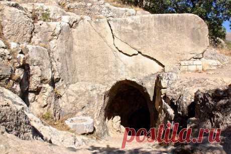 Անտիոքոս I Երվանդունու դամբարանի մուտքը (Կոմմագենեի Նեմրութ լեռան )  Անտիոքոս առաջինի ծննդաբանության մասին տեղեկանում ենք Նեմրութի սրբավայրում նրա թողած արձանագրություններից,կանգնեցրած պատկերաքանդակներից,որտեղ երկու շարքով,ամեն շարքում 15 քարասալով ներկայացված են նրա նախնիները՝մի կողմը հայրական գծով,մյուս կողմը՝մայրական: Հայրական գծով նախնիների շարքը Անտիոքոս արքան սկսում է Դարեհ առաջինով, իսկ մայրական կողմը՝Ալեքսանդր Մակեդոնացիով:Այստեղ հանդիպում ենք մի երևույթի,որը շատ տարածված է եղել