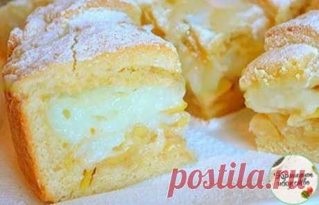 Яблочный пирог с заварным кремом Тесто: 1 яйцо 2 ст. ложки сметаны 180 гр. сливочное масло 150 гр. сахар 0,5 ч. ложки разрыхлителя щепотка соли 360 гр. мука Крем: 350 мл молока 1 яйцо 2 ст. ложка крахмала 4 ст. ложки сахара 1/3 ч. ложки ванилина а так же 2 крупных яблока, сахарная пудра для присыпки. Для теста в глубокую миску просейте муку, добавьте соль и разрыхлитель.  Масло холодное, но не из морозилки, нарежьте кубиками и перетрите с мукой в крошку.  Затем добавьте яйц