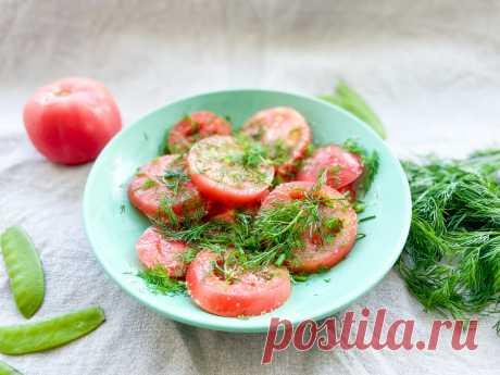 Остатки помидоров с дачи не закручиваю в банки, а мариную прямо в тарелке за 10 минут (съедаем мгновенно)  Вкус у них как у свежих помидорчиков — очень насыщенный. Не надо мыть и стерилизовать банки. Ингредиенты Помидоры, Чеснок, Укроп (зонтики), Сахар, Соль, Уксус 6% - 70 г, Вода. Приготовление: Все ингредиенты перемешать в тарелке, поставить на огонь. Довести до кипения, кипятить 5-10 минут. Снять с огня, добавить уксус и закатать горячей крышкой.