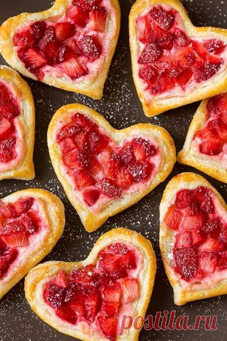 Слоеное печенье в виде сердечек   Слоеное печенье в виде сердечек с сыром и клубничным джемом и красивы, и вкусны. Их можно испечь на День святого Валентина, а можно просто порадовать такой выпечкой семью утром в выходной день. Если…