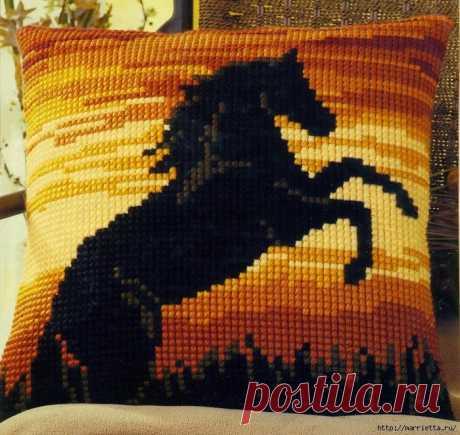 Черная лошадь на подушке. Вышивка