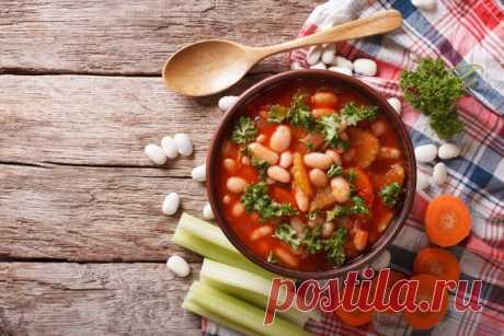 Разнообразные рецепты фасолевого супа от Шефмаркет Фасоль содержит много крахмала и растительного белка. Поэтому она прекрасно насыщает и позволяет готовить многочисленные вариации супов-пюре.
