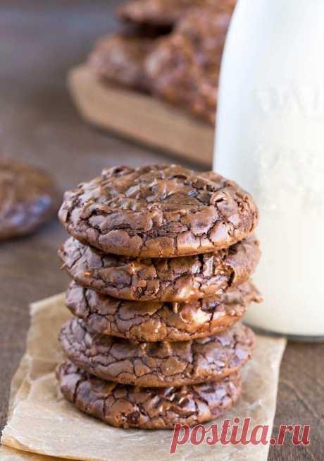 Печенье брауни  Ингредиенты 340 г 60 - 70% горького шоколада, разломайте на маленькие кусочки ½ стакана сливочного масла 3 больших яйца 1 стакан сахара ¼ стакана коричневого сахара 1 ст. л. ванильного экстракта ½ ч. л. разрыхлителя ½ ч. л. соли ¾ стакана муки ¼ стакана какао 1 стакан пеканов (по желанию) ½ стакана шоколадных капель (или кусочков шоколада)  Приготовление Растопите шоколад и масло в сотейнике на медленном огне, постоянно помешивая, пока не все не расплавится...