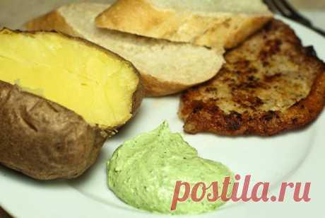 La salsa tierna tvorozhno-de ajo. Se acerca bien a los platos de carne y las patatas cocidas
