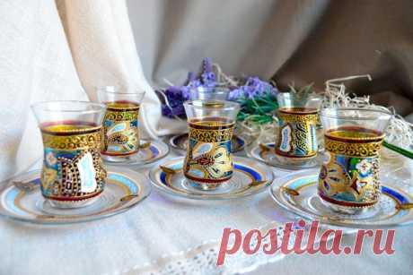 Турецкие стеклянные чашки для чая (армуды): виды, история, как правильно пить чай В восточных странах чаепитие является настоящим ритуалом. Используются при этом стаканы армуды. Это особая посуда, позволяющая в полной мере раскрыть вкус и аромат чая.