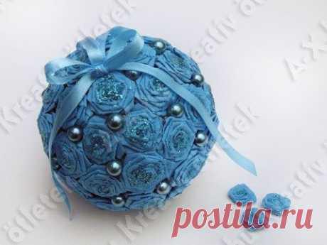 La bola decorativa con los colores