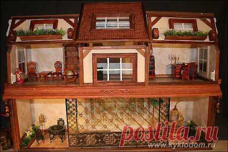 Кукольный домик из двух книжных полок.
