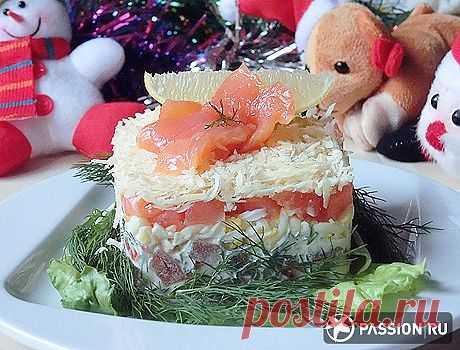 Новогодний салат с красной рыбой.