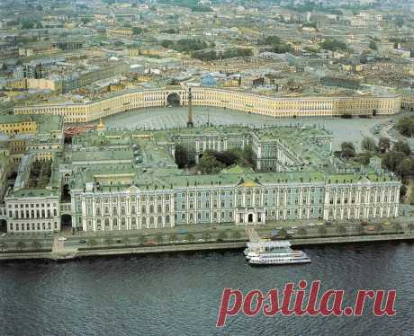 Walk on the Winter Palace and is a little history. (2 videos: Hermitage. Winter Palace... excursion)