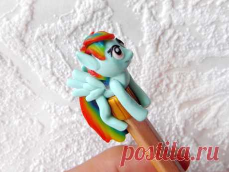 Подарок своими руками из полимерной глины: Пони Радуга на карандаш