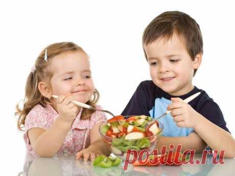 """О ДЕТСКОМ ПИТАНИИ   Журнал """"MY HOME LIFE"""" С самого рождения добавляйте в пишу ребенка как можно меньше рафинированного сахара - дети быстро привыкают к белому сахару. Попробуйте удовлетворять потребность в сладком с помощью более здоровых продуктов. Повышенная потребность сахара часто указывает на дефицит минералов в организме и особенно магния. В магазинах здорового питания можно найти много фруктов и всяких вкусностей, не содержащих сахар. Тем не менее следует помнить..."""