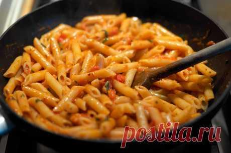 макароны на сковороде