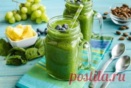Меню на неделю по диете на зеленых смузи 1 Принцип диеты на зеленых смузи. 1.1 Меню на неделю. 1.2 Рецепты. 2 Плюсы и минусы. 2.1 Результаты. Чем мягче еда, тем полезнее она для тела. Организм затрачивает меньше энергии для переработки жидкой еды, чем для больших неправильно пережеванных кусков. Эффективным вариантом похудеть является диета на зеленых фрешах и смузи. Они не только полезны, но и достаточно питательны. Какие рецепты есть овощных, фруктовых коктейлей и как со...