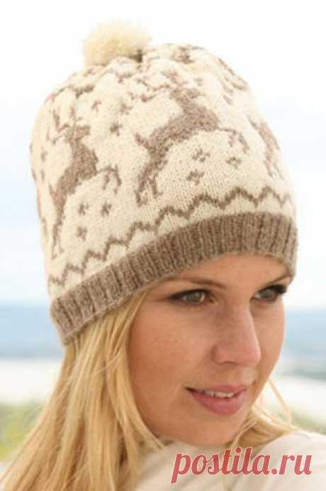 Интересная зимняя шапочка, узор с оленями не теряет популярности