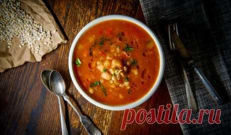 Томатный суп с фасолью, рисом и зелёным горошком
