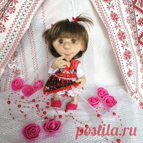 Кукла — это дочка, что в мечтах угасла, Просто заблудилась, просто убежала, Я так долго дочку всё ждала, искала. Завязала бантик, подарила соску, Нарядила в платье, это же непросто! Посмотрите в глазки — там души частица… Это наше детство, спрятавшись затихло! © https://pozdravkin.com/povod/stihi/kukla