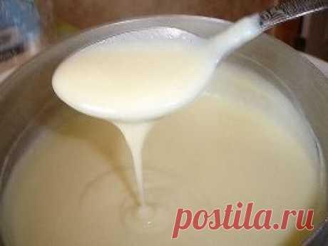 8 самых простых кремов для тортов и других десертов. 1.Классический заварной крем Состав продукта: 500мл. молока 200гр. сахара 1ч. ложка ванилина 50гр. муки 4 яичных желтка Приготовление: Яичные желтки мы растираем с сахаром, ванилином и мукой до однородной  массы. Доводим наше молоко до кипения. Вливаем горячее молоко в яичную  массу, перемешиваем.Полученную массу ставим на огонь и варим до  загустения. Готово! 2.Крем масляный универсальный Состав продукта: Упаковка сливочного масла 4 к
