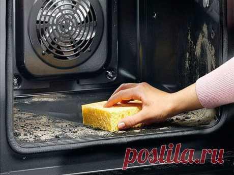 Как быстро и просто очистить духовку от нагара    Материалы и ингредиенты:  - ¼ ст. жидкости для мытья посуды  - ½ ст. пищевой соды  - ¼ ст. перекиси водорода  - цедра лимона  - 1 ст. л. уксуса  - губка для мытья посуды  - бумажные полотенца  Инструкция:  1. Даже если речь идёт о многолетнем нагаре, простое средство поможет справиться даже с ним. Начать нужно с обычной мыльной воды и губки, которую обязательно часто ополаскивает. Это поможет избавиться от основной грязи.  ...