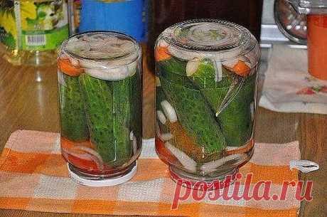 """ОГУРЧИКИ """"БОЛГАРИЯ ОТДЫХАЕТ""""  Маринованные огурцы получаются вкусные, хрустящие. Отличная закуска.  1. Огурцы моем, вымачиваем несколько часов. В стерилизованные литровые банки кладём:  • 1 морковь,порезанную на 4 части • 1 луковицу порезанную кольцами • 2-3 зонтика укропа или 2-3 столовые ложки плодов укропа.  2. В банки плотно укладываем огурцы.  3. Готовим маринад на 4 литровые банки :  • 2 литра воды • 7 столовых ложек сахара • 3 столовые ложки соли  Вскипятить, добави..."""