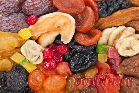 Сухофрукты вместо таблеток и витаминов  Сушеные ФИНИКИ — прекрасный заменитель конфет. Они такие же сладкие, но в них меньше калорий и много клетчатки, помогающей очищению кишечника. Финики укрепляют иммунитет. Их рекомендуется есть при простуде, анемии, дистрофии и депрессии.  Если у вас плохое настроение и хроническая усталость — это явные симптомы нехватки каких-то жизненной важных веществ, а финики безумно богаты ими! В них содержатся кальций, железо, калий, магний, ме...