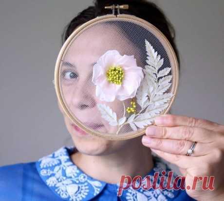 Нежная цветочная вышивка на пяльцах. Сложно поверить, что все это творение рук мастерицы   АРТИзба   Яндекс Дзен