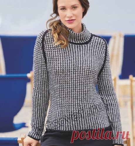Элегантный женский черно-белый свитер, связанный спицами из 100% шерсти альпака узором куриная лапка со схемой и пошаговым бесплатным описанием вязания.