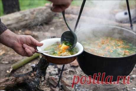 Рыбный бульон Ингредиенты: 600 г рыбы, 1 корень петрушки, 1 морковь, 1 луковица, 2 л воды. Приготовление Свежую рыбу очистить, отделить голову, удалить жабры, плавники, хорошо промыть и нарезать на порционные куски, уложить в кастрюлю, залить холодной водой, прибавить коренья и луковицу, нарезанные дольками, посолить и варить при слабом огне до готовности рыбных кусков. Готовую рыбу вынуть из кастрюли, головы и плавники продолжать варить еще в течение 20 минут. Бульон процедить. БУЛЬОН ИЗ…