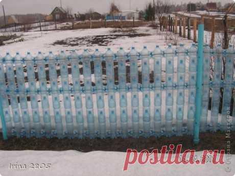 Забор на даче - из бросовых материалов (бутылок)