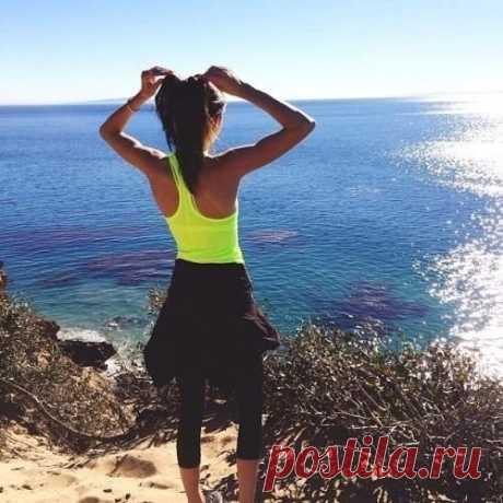 Выполняй эти 5 упражнений каждый день в течение месяца и твоя фигура будет идеальной :)   1. Приседания. Всего-лишь 20 раз:) Не забывай о прямой спине и напрягай мышцы живота.   2. Наклоны в стороны.Несколько раз по 20 подходов.   3. Поднятия ног. Ляг на полу на бок и поднимай ноги на уровень 90 градусов к туловищу. По 20 повторений на каждую сторону по несколько подходов. Это самое эффективное упражнение.   4. Лёжа на полу, руки за головой. Крутим педали. Для живо...