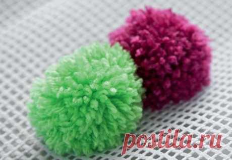 El tapiz pequeño de los pompones por las manos, la clase maestra por etapas de la oveja de los pompones y los paquetes