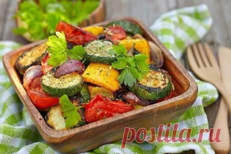Запеченные овощи в духовке: 20 очень вкусных рецептов Запеченные в духовке овощи получаются сочными и сохраняют все витамины. Здесь не нужно много масла или других жиров, и пользы куда больше, чем от жарки. Кроме того, запечь можно буквально что угодно и с чем угодно. В подтверждение тому держи 20 отличных рецептов! 1. Овощи, запеченные в рукаве. В рукаве сохраняются все соки, а овощи точно не пересохнут. Тебе понадобится: 1 картофелина, 1 баклажан, 2 моркови, 2 луковицы, ...