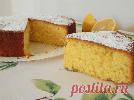 Воздушный лимонный пирог  Ингредиенты:  Лимоны — 2 шт. Мука — 150 г Крахмал картофельный — 100 г Яйца — 3 шт. Сахар — 180 г Масло растительное — 100 мл Вода — 100 мл Разрыхлитель — 10 г Сахарная пудра — 1 ст. л.  Приготовление:  1. Яйца взбить с сахаром до пышной светлой массы. Добавить растительное масло и воду (комнатной температуры!). Хорошо взбить. Добавить лимонный сок и цедру. Хорошо взбить. 2. Добавить муку и крахмал (обязательно просеять), в конце добавить разрыхли...