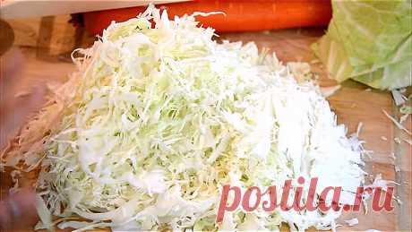 Опытные хозяйки пытаются нашинковать капусту как можно тоньше.  Одинаковая тонкая стружка красиво смотрится и делает блюда еще вкуснее.
