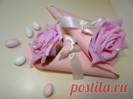 Бонбоньерка кулек с розой, цвета- розовый и зеленый. Такие бонбоньерки можно разложить на тарелки или на сладкий стол при входе в банкетный зал на разносе. В разных вариантах смотреться будет очень красиво!  Цена указана без конфет.