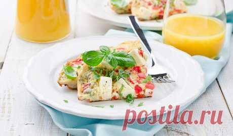 Омлет с помидорами, базиликом и фетой