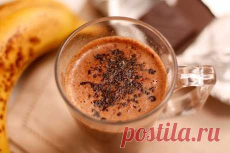 Горячий банановый коктейль с шоколадом  Такой густой горячий коктейль хорошо выпить прохладным пасмурным утром, чтобы согреться и поднять себе настроение. Шоколад и бананы очень способствуют оптимизму, а ароматы ванили и корицы закрепляют результат.  Ингредиенты: - 500 мл молока - 1 банан - 1 стручок ванили - 50 гр шоколада - корица молотая  Нагрейте молоко в кастрюле. Можете положить туда разрезанный вдоль стручок ванили, а затем вынуть.  С помощью блендера превратите бан...