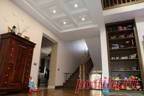 Интерьер частного жилого дома. Холл 2-го этажа. Кессонный потолок с лепными кессонами.