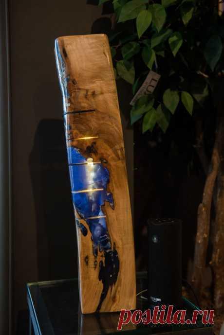 Светодиодный светильник из эпоксидной смолы и дерева