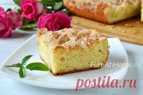 El pastel de azúcar con la nata