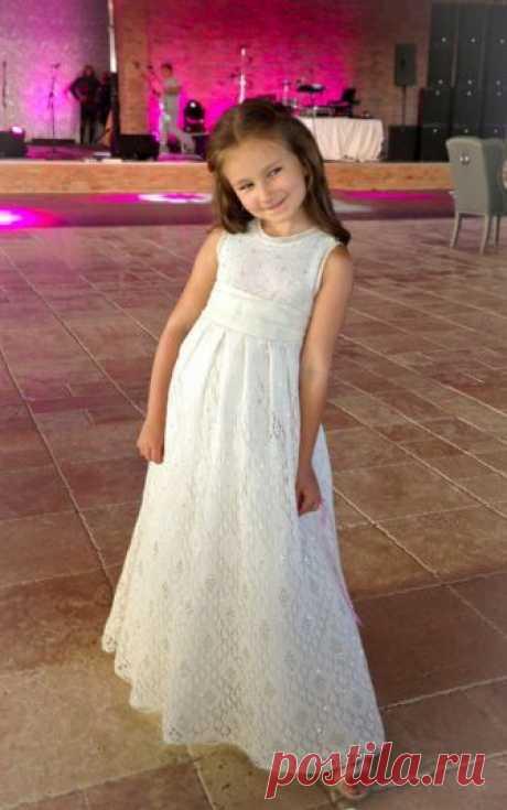Платье спицами для принцессы. Связала его Таня-Tancha-2007 с Осинки. Схема примерная.