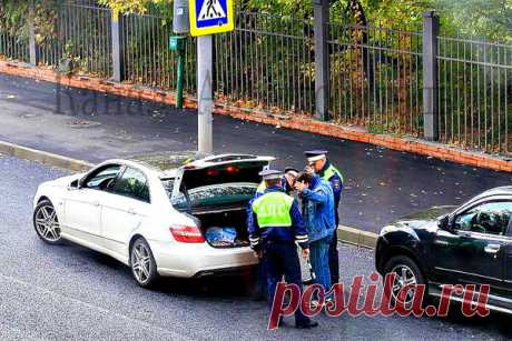 Имеет ли право сотрудник ДПС прикасаться к машине?