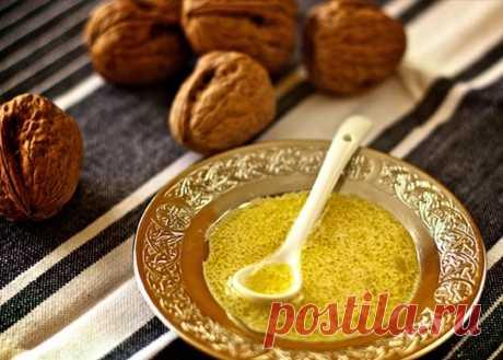 Ореховая заправка для салата. Соус для салата из масла грецкого ореха с оливковым маслом, белым винным уксусом и дижонской горчицей.
