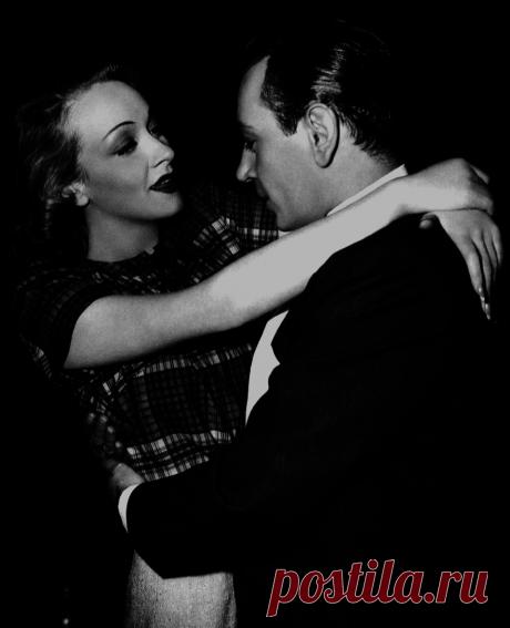 1942. Джордж Рафт и Марлен Дитрих в павильоне студии Universal во время съемок «Негодяев»
