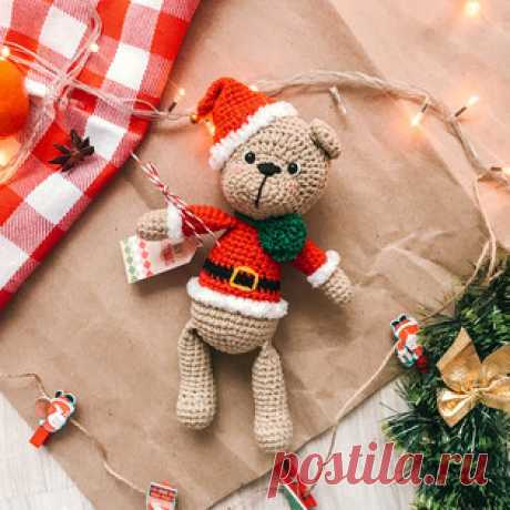 Рождественский Мишка амигуруми. Схемы и описания для вязания игрушек крючком! Бесплатный мастер-класс от Юлии Цаловой по вязанию рождественского мишки крючком. Высота вязаной крючком игрушки примерно 18 см без учёта шапочки. Для…