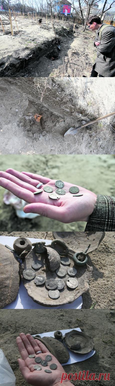 В Киеве озеленители откопали клад монет древнего Рима