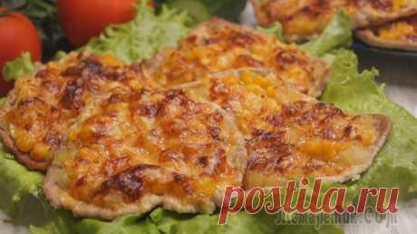Отбивные к новогоднему столу! Мясо получается очень нежное и вкусное. Готовятся очень просто и быстро.ИНГРЕДИЕНТЫ Свинина – 600гр.Луковица – 1шт.Ананасы – 6 колечек.Кукуруза – 3 ст.л.Сыр – 150 гр.Перец – по вкусуСоль – по вкусуСПО...