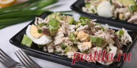 Салат с авокадо, курицей, яйцами и беконом   |  10 ярких салатов с авокадо для истинных гурманов - Лайфхакер
